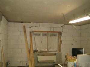 Máte taky někdo tak křivý strop? :-) je to lahůdka, ale jak to srovnat?