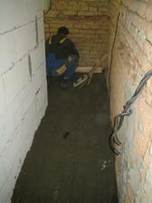 Přes práci si nevšimne, že betonuje cizí mobil do podlahy :-D