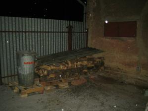 Uklidili jsme venku bordel a vytvořili spaní pro dřevo, ještě přibyde