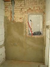 Koupelna - část hotové omítky po nájezdu vodařů..