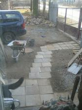 Dámská čistá práce :-) provizorní chodníček