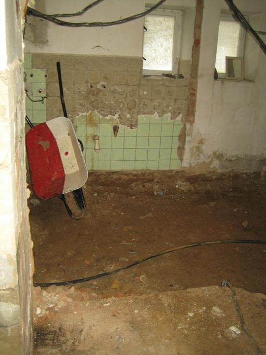 Krušné začátky - Kolečko už nevypadá jako nové.. Budoucí koupelna a vedle záchod..