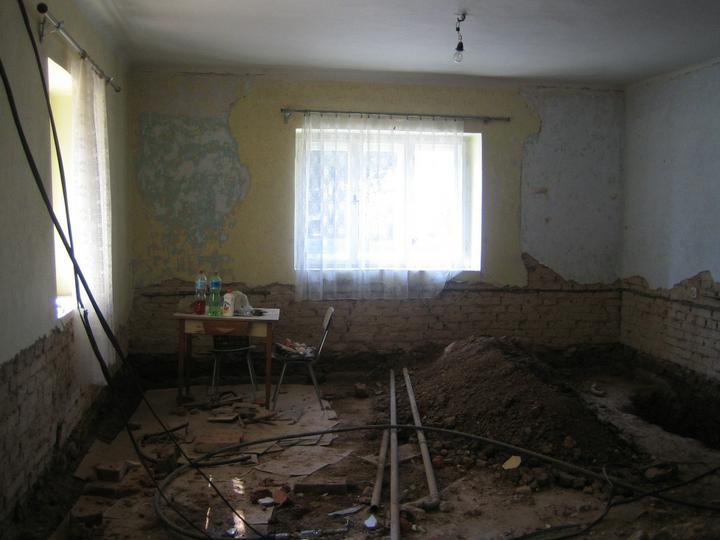 Krušné začátky - Před bouráním stropu - bordel :-)