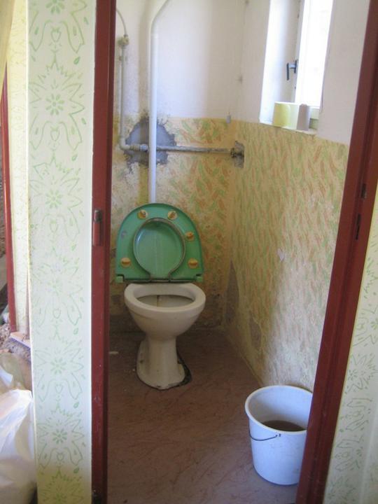 Krušné začátky - Původní záchod - chuťovka :-x