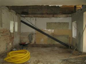 Připravené traverzy na nový strop, koupena drenážní trubka