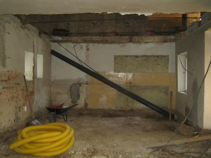 Krušné začátky - Připravené traverzy na nový strop, koupena drenážní trubka