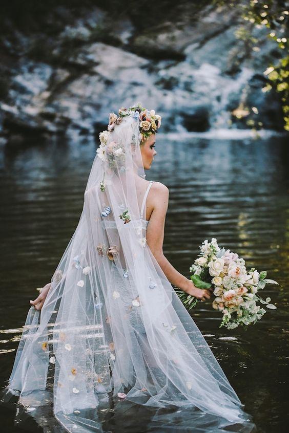 Svadobné účesy oživené kvetmi - Obrázok č. 5