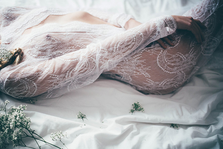 Tieto boudoir fotografie ma úplne dostali. Nie sú to zvyčajné boudoir fotografie, ako vidíme bežne. Tieto sú iné a to sa mi na nich páči. Sú také jemné, nežné, ženské, s dušou. Proste krásne, presne podľa môjho vkusu :) - Obrázok č. 3