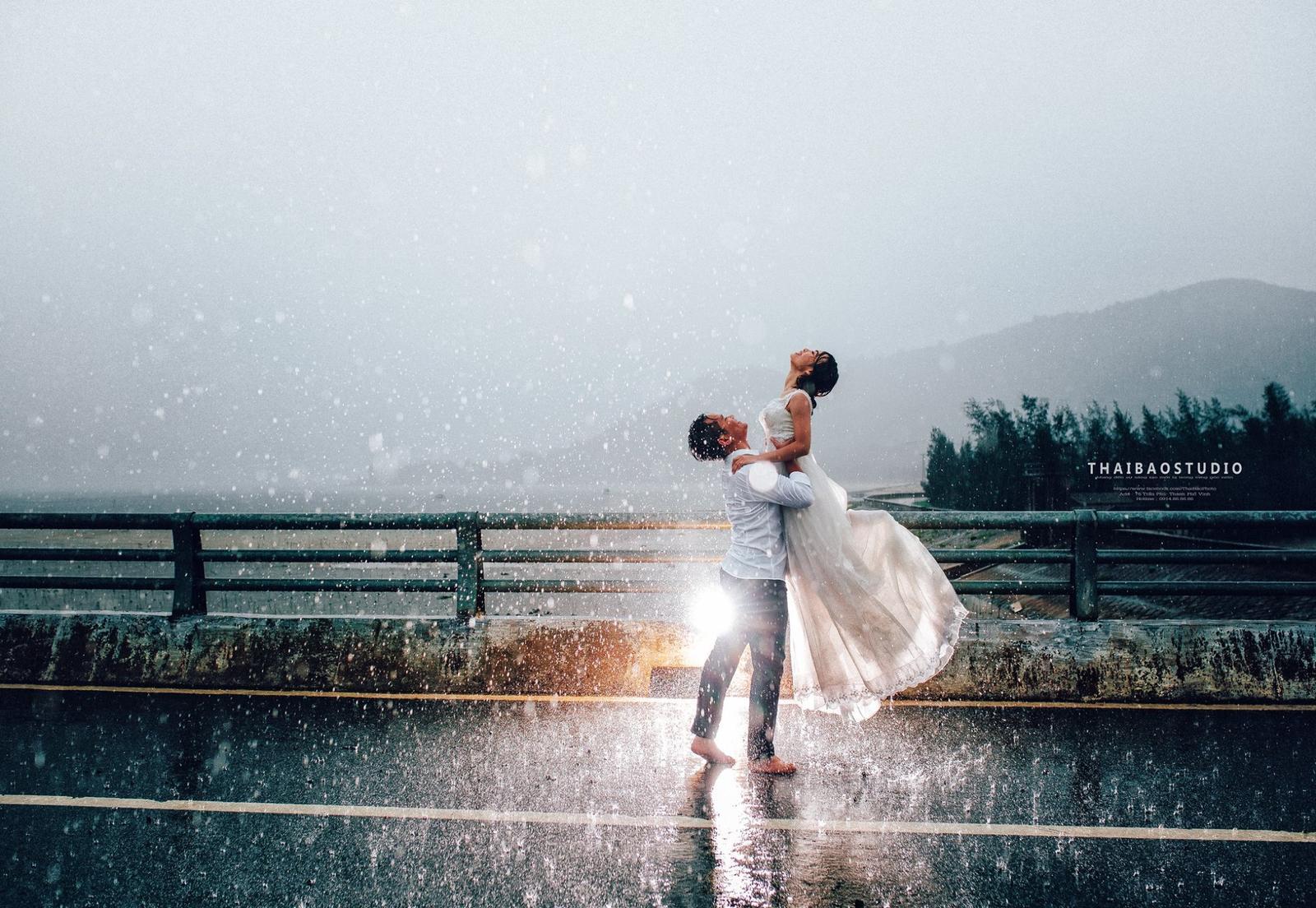 Tomu vravím krásne svadobné fotky, cítiť z nich radosť aj napriek dažďu. Úplne nádherné! :) - Obrázok č. 1