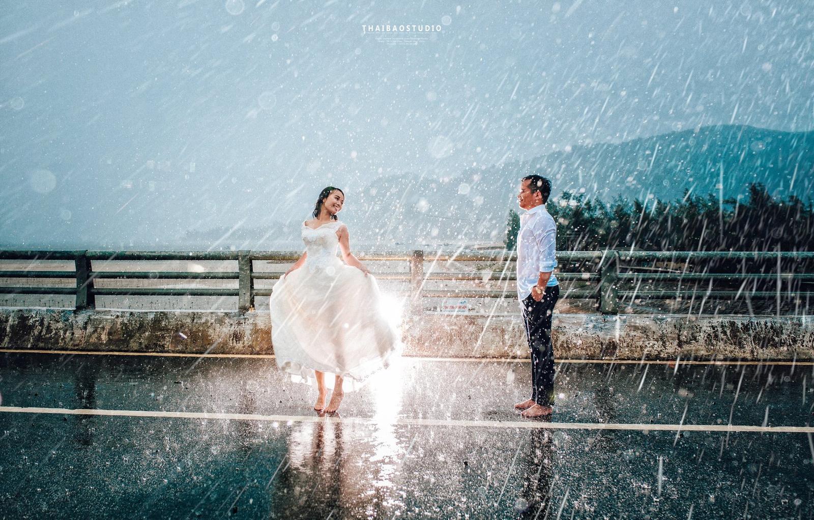 Tomu vravím krásne svadobné fotky, cítiť z nich radosť aj napriek dažďu. Úplne nádherné! :) - Obrázok č. 2