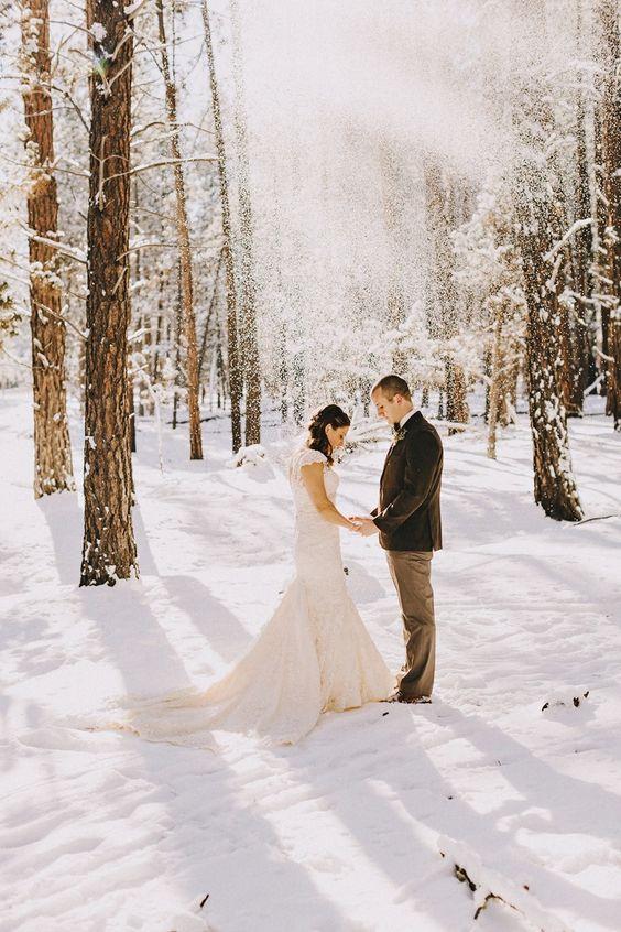 Ak by sa sneh dal objednať, hneď by som zvolila svadbu v zime. Zasnežené svadobné fotky majú neodolateľné čaro :) - Obrázok č. 3