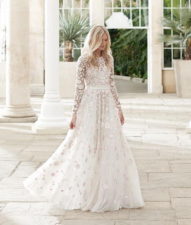 Tieto svadobné šaty z kolekcie Needle & Thread na jar 2017 ma úplne dostali. Nežné, jemné, romantické, ako pre vílu, s tou pravou dávkou elegancie a šmrncu. Pre mňa dokonalé! :) - Obrázok č. 1