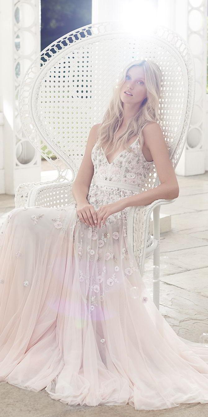 Tieto svadobné šaty z kolekcie Needle & Thread na jar 2017 ma úplne dostali. Nežné, jemné, romantické, ako pre vílu, s tou pravou dávkou elegancie a šmrncu. Pre mňa dokonalé! :) - Obrázok č. 2
