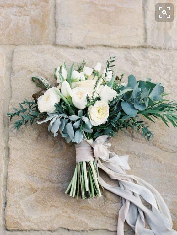Nevestičky, ako si predstavujete svoju svadobnú kyticu? Ukážte tú svoju, nech to tu trošku zakvitne a navodíme si tu takú jarnejšiu atmosféru :) ja keby si teraz vyberám, tak by som si vybrala niečo také, ako na obrázkoch nižšie. Ale každý deň sa mi páči niečo iné a zajtra by som si vybrala úplne inú kyticu, takže musím uznať, že vás veľmi obdivujem, keď sa pre výber hocičoho svadobného viete rozhodnúť :-D organizovať svadbu vie byť náročné, ale na druhej strane je to i príjemné obdobie, na ktoré mnohé nevesty po svadbe radi spomínajú :) - Obrázok č. 1
