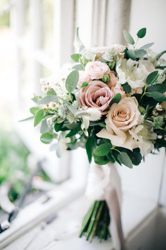 Nevestičky, ako si predstavujete svoju svadobnú kyticu? Ukážte tú svoju, nech to tu trošku zakvitne a navodíme si tu takú jarnejšiu atmosféru :) ja keby si teraz vyberám, tak by som si vybrala niečo také, ako na obrázkoch nižšie. Ale každý deň sa mi páči niečo iné a zajtra by som si vybrala úplne inú kyticu, takže musím uznať, že vás veľmi obdivujem, keď sa pre výber hocičoho svadobného viete rozhodnúť :-D organizovať svadbu vie byť náročné, ale na druhej strane je to i príjemné obdobie, na ktoré mnohé nevesty po svadbe radi spomínajú :) - Obrázok č. 2