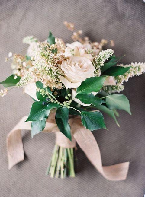 Nevestičky, ako si predstavujete svoju svadobnú kyticu? Ukážte tú svoju, nech to tu trošku zakvitne a navodíme si tu takú jarnejšiu atmosféru :) ja keby si teraz vyberám, tak by som si vybrala niečo také, ako na obrázkoch nižšie. Ale každý deň sa mi páči niečo iné a zajtra by som si vybrala úplne inú kyticu, takže musím uznať, že vás veľmi obdivujem, keď sa pre výber hocičoho svadobného viete rozhodnúť :-D organizovať svadbu vie byť náročné, ale na druhej strane je to i príjemné obdobie, na ktoré mnohé nevesty po svadbe radi spomínajú :) - Obrázok č. 3