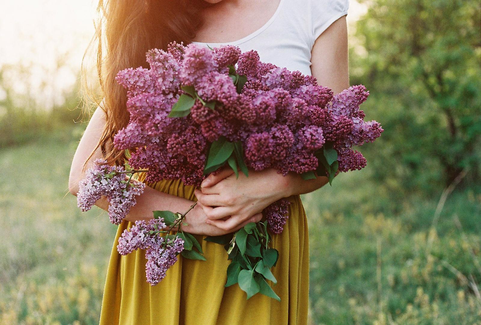 Žienky milé, dnes je náš deň! Užívajte si ho, doprajte si dnes malé i veľké radosti a oslavujte tak, ako vám je blízke. Ja vám všetkým aspoň takto posielam kvety :) - Obrázok č. 1