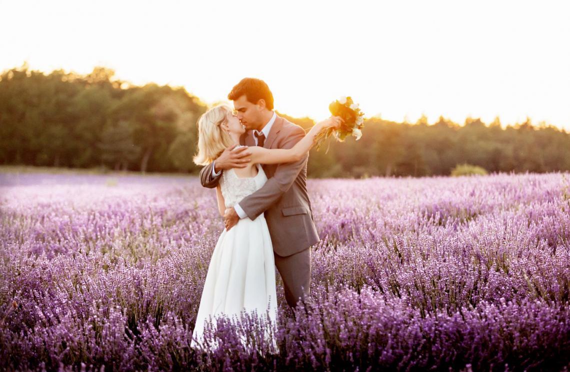 Svadobné fotky v levanduľovom poli, to je nekonečná nádhera! Neviete o nejakom levanduľovom poli na Slovensku? :) - Obrázok č. 1