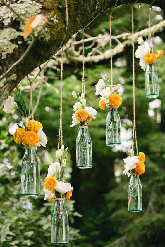 #diytip Pre niekoho to môže byť už otrepaným prvkom svadobnej výzdoby, ale podľa mňa stále efektný a hlavne, úplne jednoduchý a finančne nenáročný :) stačí prázdne zaváraninové poháre (alebo iné poháre, prípadne žiarovky či menšie sklené fľaše) obmotať špagátom, zavesiť, naplniť vodou a kvetmi a tadá, je to hotovo! Tak čo, idete do toho? :) - Obrázok č. 2