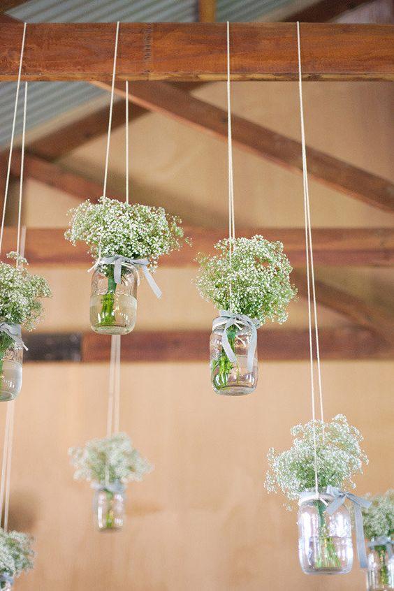 #diytip Pre niekoho to môže byť už otrepaným prvkom svadobnej výzdoby, ale podľa mňa stále efektný a hlavne, úplne jednoduchý a finančne nenáročný :) stačí prázdne zaváraninové poháre (alebo iné poháre, prípadne žiarovky či menšie sklené fľaše) obmotať špagátom, zavesiť, naplniť vodou a kvetmi a tadá, je to hotovo! Tak čo, idete do toho? :) - Obrázok č. 3