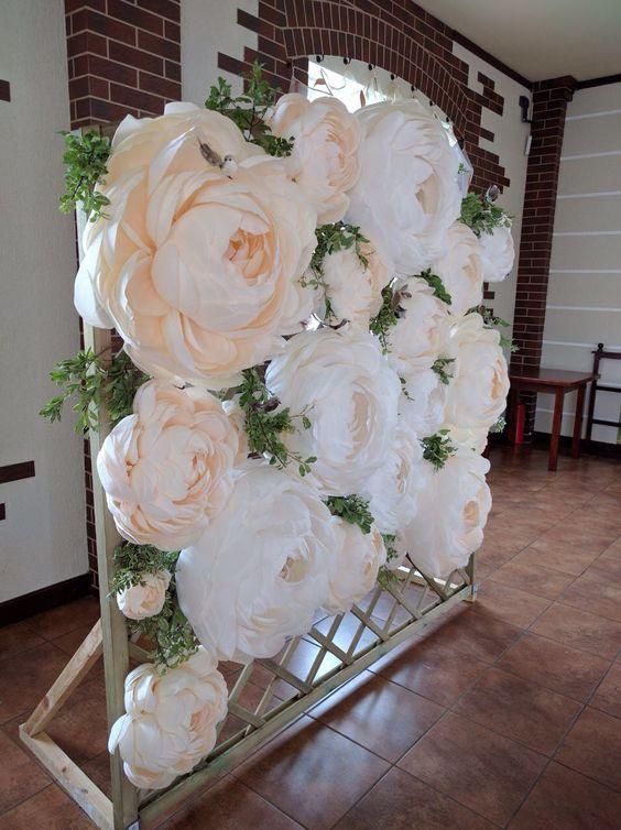 #diytip 2 - kvetinová fotostena. Tieto kvetové fotosteny sú teraz veľmi populárne a aj veľmi pekné :) začiatkom októbra som bola na jednej svadbe a nevesta mi vravela, že keď zbadala cenu tých kvetov na aliexpresse, tak si ich radšej vyrobila doma z obyčajných výkresov. A výsledok bol rovnako efektný, no za veľmi rozumnú cenu :) - Obrázok č. 2