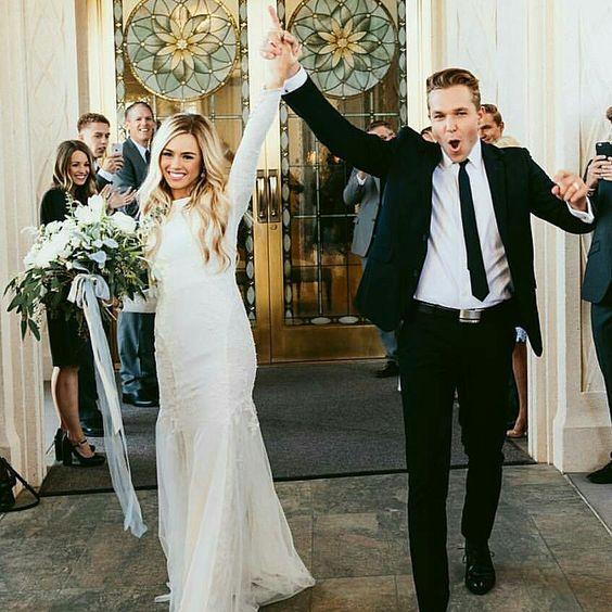 SRDIEČKOVÁ VÝZVA NA PIATOK! ⁓ Mám niekoľko obľúbených okamihov zo svadobného dňa. Jeden z nich je ten, kedy čerstvo zosobášení mladomanželia vychádzajú z kostola alebo obradnej siene a v tvárach im vidieť šťastie a radosť z toho, že si len pred pár minútami povedali svoje áno a stali sa manželmi :) dievčatá, ktoré to už máte za sebou, ukážete svoj najobľúbenejší okamih? Za každú fotku s označením #najokamih posielam srdiečko :) neviem sa dočkať vašich najšťastnejších okamihov! :) - Obrázok č. 1