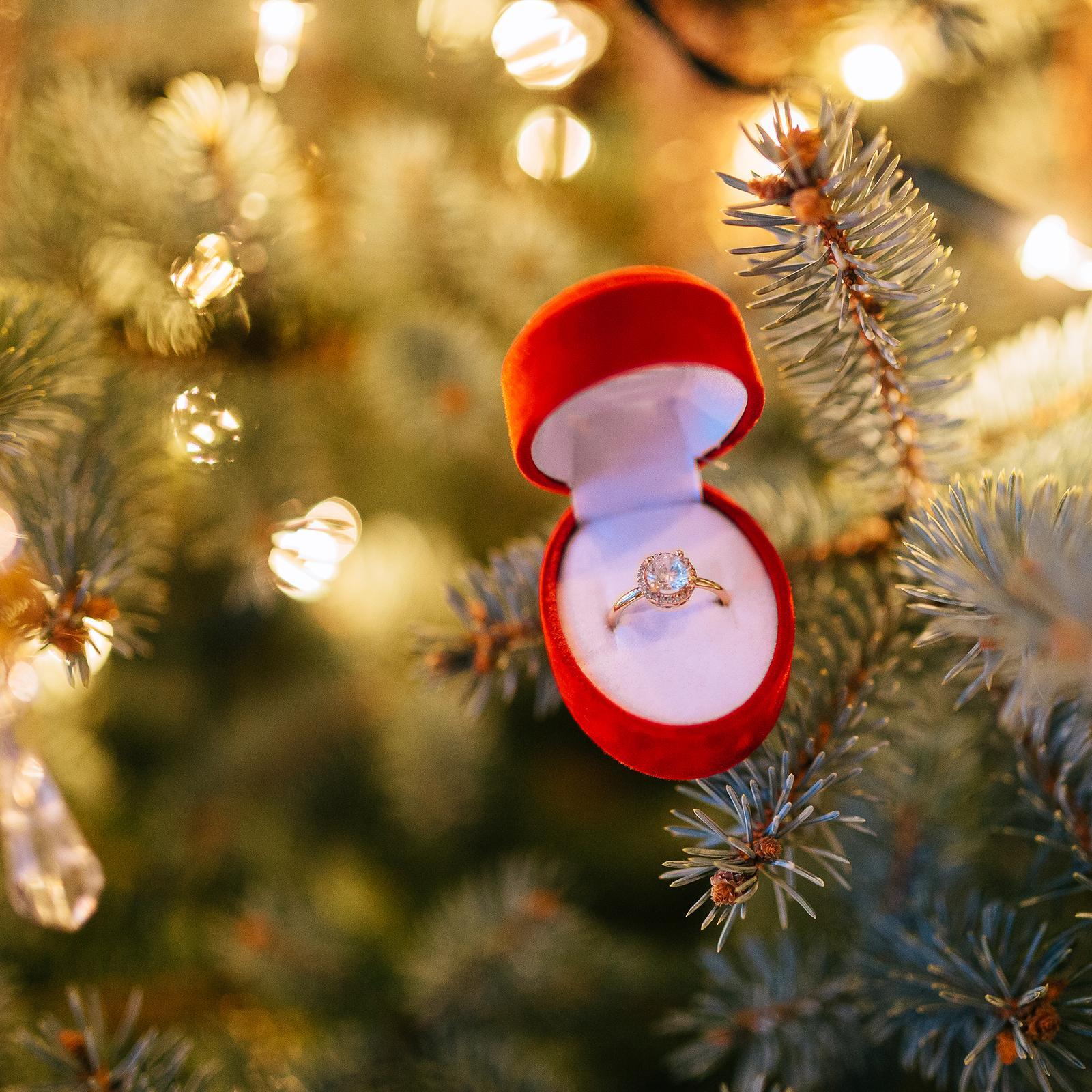 Tak čo dievčatá, sú tu medzi nami nejaké nové, čerstvo zasnúbené budúce nevesty, ktoré si našli svoj prsteň pod stromčekom? :) prihláste sa a podeľte sa o svoj príbeh zásnub. Neviem sa dočkať všetkých tých romantických vianočných zážitkov :) - Obrázok č. 1