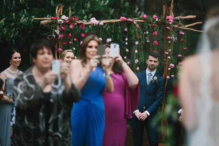 Táto fotka tu už bola, ale je to jedna z tých, na ktoré sa oplatí upozorniť opäť. Nevesta prichádza k oltáru a hostia, v potrebe zachytiť tento okamih, si nevestu fotia na svoj mobil. Nevidia, že ženích sa musí nakláňať, aby vôbec videl svoju budúcu manželku kráčať smerom k nemu. Čo vy a fotenie počas obradu? Plánujete vašich hostí požiadať, aby počas obradu nefotili? V súčasnosti je to celkom trendy :) - Obrázok č. 1