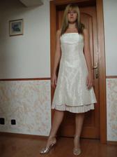 moja sestra - svedok a saty, ktore som jej tak trochu vnutila, lebo sa mi strasne pacia :-)