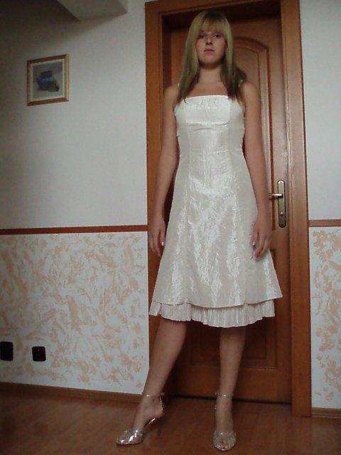 M&K 23.9.06 - moja sestra - svedok a saty, ktore som jej tak trochu vnutila, lebo sa mi strasne pacia :-)