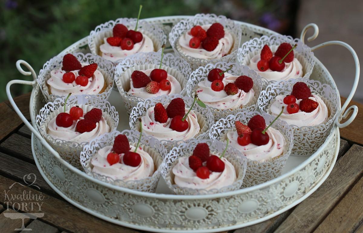 Mini CAKE BAR na záhradnú svadbičku : - vanilkové cupcakes s malinovým krémom :