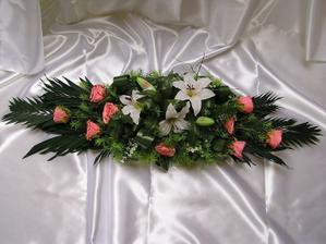 kytka na stůl, v květinářství mi zapomněli udělat veškeré kytky, takže jsem ještě v pátek sjela do jednoho obchodu se sušinami a uměl.květinami a spáchala jsem květiny na stůl a auto.