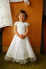 moje dcera - šaty jsme jí nechali šít u jedné paní co má půjčovnu přesně podle našich představ a půjčila nám je za 150,-