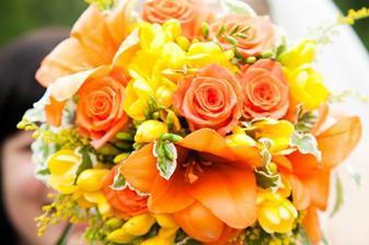 kytička - oranžové lilie, oranžové růžičky a žluté frézie