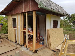 už takmer hotová stena aj s novým oknom, a začiatok kladenia OSB dosiek