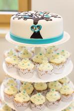 Náš dort, nahoře na krájení a cupcakes pro hosty