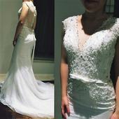 Krajkové šaty s bohaťe zdobeným živůtkem, 38