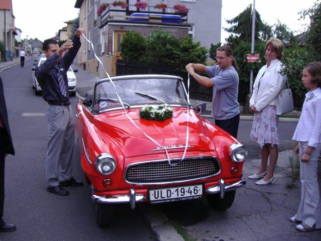 Jana K.{{_AND_}}Martin K. - zdobení  autíčka - kolona měla 12 aut