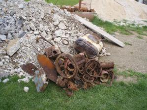 tento odpad sme nasli pod podlahou,pod betonom