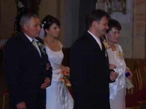 ..rodičia vedú svoje ratolesti pred oltár...