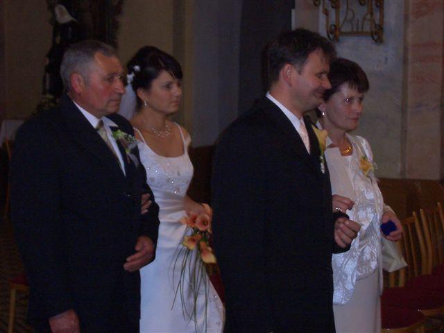 Miriam{{_AND_}}Vladimír Chalupkoví - ..rodičia vedú svoje ratolesti pred oltár...