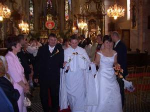 ...my a náš kaplán, ktorý mi dvakrát pristúpil šaty....