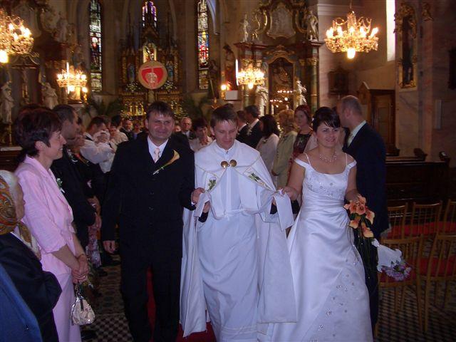 Miriam{{_AND_}}Vladimír Chalupkoví - ...my a náš kaplán, ktorý mi dvakrát pristúpil šaty....