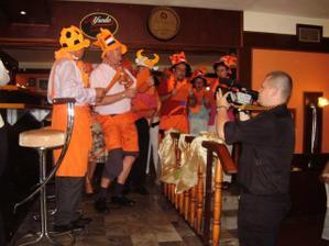 Holandania nadherne rozputali nasu vecernu party ( tradicne futbalovym songom, ale tezt bol samo o nas dvoch )