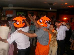 Vsetci v oranzovom