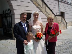 S rodiči a družičkou před radnicí