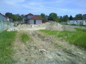 Stavebný pozemok po navezeni zeminy a štrku