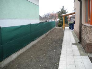 natiahnuta folia na plote, mohlo by sa zacat s vysadbou, len cakame na oteplenie