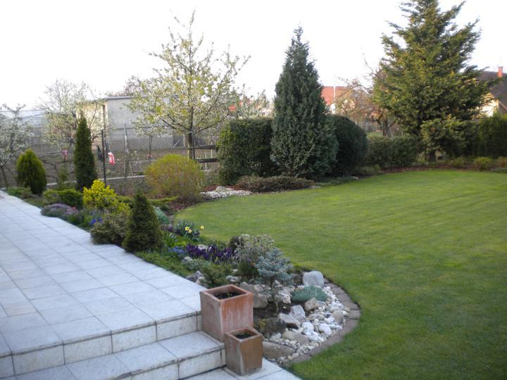Záhradka - vzadu uz mame upravenu zahradku