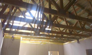 uz takmer podbita strecha